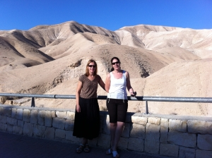 To litauere foran det golde landskapet i Samaria
